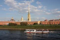 Ansicht des Peter und der Paul-Festung und der -touristen stockfotografie