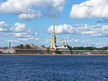 Ansicht des Peter und des Paul Fortresss Der Neva Fluss St Petersburg, Russland lizenzfreie stockbilder