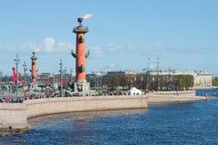 Ansicht des Pfeiles von Vasilevsky-Insel und von Rostral Spaltenbrennen Siegtag in St Petersburg Stockfotos