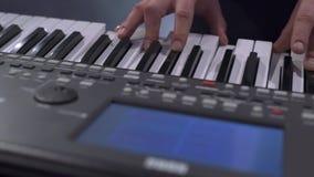 Ansicht des Pianisten modernes elektrisches Klavier spielend stock video