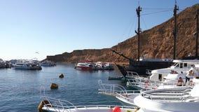 Ansicht des Piers mit vielen Yachten, auf denen Leute sich entspannen stock video