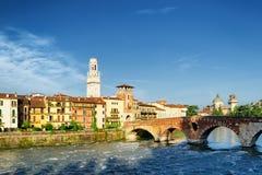 Ansicht des Ponte Pietra und des Glockenturms Verona Cathedrals Stockfotos