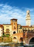 Ansicht des Ponte Pietra und des Glockenturms Verona Cathedrals Stockbilder