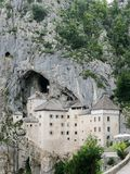 Ansicht des Predjama-Schlosses stockbilder