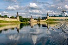 Ansicht des Pskovs der Kreml von Velikaya-Fluss im Sommer Stockfoto