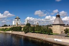 Ansicht des Pskovs der Kreml von Velikaya-Fluss im summe Stockfotografie