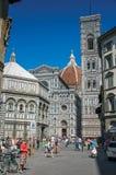 Ansicht des Quadrats mit der Kathedrale Santa Maria del Fiore in Florenz Stockbilder
