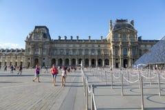 Ansicht des Quadrats vor der Louvrepyramide in Paris stockbild