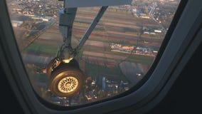 Ansicht des Rades durch das Cockpitfenster am niedrigen Flug stock video footage