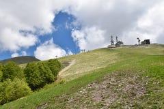Ansicht des Radiosenders in den Bergen Stockbild