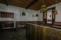 Ansicht des Raumes in einem hölzernen Gasthaus stockbild