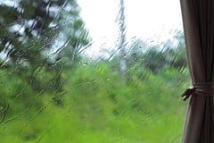 Ansicht des Regens durch das Autofenster Stockbilder