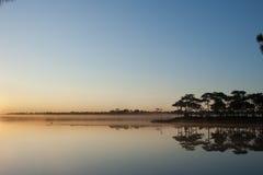 Ansicht des Reservoirs auf Sonnenaufganghimmelhintergrund lizenzfreie stockfotografie