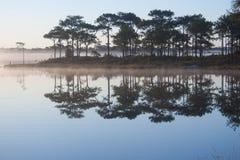 Ansicht des Reservoirs auf Sonnenaufganghimmelhintergrund stockfotos