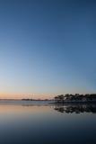 Ansicht des Reservoirs auf Sonnenaufganghintergrund lizenzfreies stockfoto