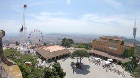 Ansicht des Riesenrads und der Anziehungskräfte auf dem Berg Tibidabo in Barcelona, Spanien stock video