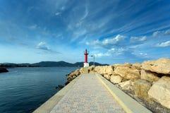 Ansicht des roten Leuchtturmes vom Pier Lizenzfreie Stockbilder