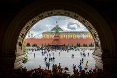 Ansicht des Roten Platzes vom Tor des GUMMIeinkaufszentrums am Roten Platz in Moskau, Russland lizenzfreie stockfotos