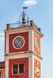 Ansicht des roten und weißen Glockenturms Stockbilder