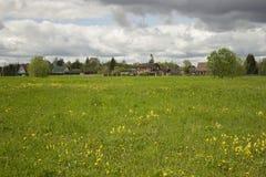 Ansicht des russischen Dorfs Grüne Wiese Stockfotos