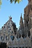 Ansicht des Sagrada Familia in Barcelona, das für vorbei hundert Jahre im Bau gewesen ist lizenzfreie stockfotos