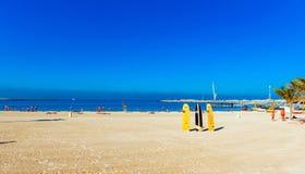 Ansicht des sandigen Strandes, Dubai, Arabische Emirate Kopieren Sie Raum für Text lizenzfreies stockbild