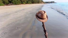Ansicht des sandigen Strandes mit einem braunen Hut auf dem Strand Der Swash des Meerwassers herauf den Strand nach dem Brechen e stock video