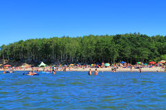 Ansicht des sandigen Strandes mit Meer Kulikovo Lizenzfreies Stockfoto