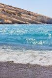 Ansicht des sandigen Strandes, des sealine, der Wellen, der Klippe und des blauen Himmels am sonnigen Tag des Sommers Lizenzfreie Stockbilder