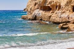 Ansicht des sandigen Strandes, des sealine, der Wellen, der Klippe und des blauen Himmels am sonnigen Tag des Sommers Stockfoto