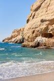 Ansicht des sandigen Strandes, des sealine, der Wellen, der Klippe und des blauen Himmels am sonnigen Tag des Sommers Stockfotos