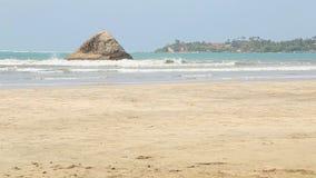 Ansicht des sandigen Strandes und der kleinen Insel in Weligama, Sri Lanka stock footage