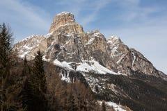 Ansicht des Sassongher mit Schnee in den italienischen Dolomit Lizenzfreies Stockbild