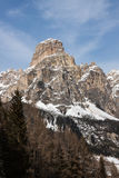 Ansicht des Sassongher mit Schnee in den italienischen Dolomit Lizenzfreies Stockfoto