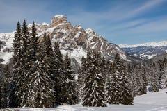 Ansicht des Sassongher mit Schnee in den italienischen Dolomit Lizenzfreie Stockfotos