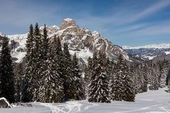 Ansicht des Sassongher mit Schnee in den italienischen Dolomit Lizenzfreie Stockfotografie