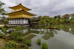 Ansicht des schönen Kinkaku-jitempels, alias des goldenen Pavillons, Kyoto, Japan lizenzfreie stockbilder