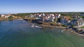 Ansicht des schönen Kleinstadterholungsortes auf dem Schwarzen Meer von oben Stockfoto