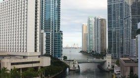 Ansicht des schicken Bezirkes von Miami downtown Miami-Fluss und -wolkenkratzer auf seinen Banken stock footage