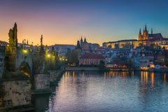 Ansicht des Schlosses und der Charles-Brücke Prag, Tschechische Republik Stockfotos