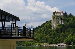 Ansicht des Schlosses von Bled von einem Restaurant über dem See stockbild
