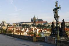 Ansicht des Schlosses von Charles-Brücke in Prag Stockfotos
