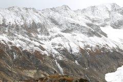 Ansicht des schneebedeckten hügeligen Berges lizenzfreie stockfotografie