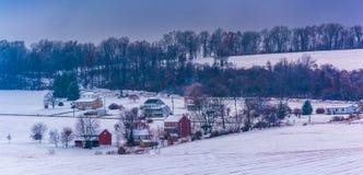 Ansicht des Schnees bedeckte Bauernhoffelder und -häuser in ländlichem York County Stockbild