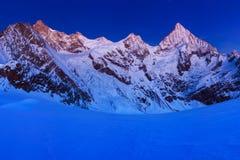 Ansicht des Schnees umfasste Landschaft mit Einbuchtung Blanche-Bergen und Weisshorn-Berg in den Schweizer Alpen nahe Zermatt Pan lizenzfreie stockfotografie