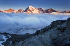 Ansicht des Schnees umfasste Landschaft mit Weisshorn-Berg in den Schweizer Alpen nahe Zermatt Panorama des Weisshorn nahe Zermat stockbild
