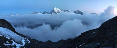 Ansicht des Schnees umfasste Landschaft mit Weisshorn-Berg in den Schweizer Alpen nahe Zermatt Panorama des Weisshorn nahe Zermat stockfotos