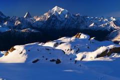 Ansicht des Schnees umfasste Landschaft mit Weisshorn-Berg in den Schweizer Alpen nahe Zermatt r lizenzfreie stockfotos