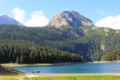 Ansicht des schwarzen Sees und des Berges Durmitor in Montenegro Stockfotos