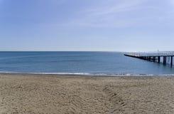 Ansicht des Seehorizontes von einem leeren sandigen Strand krim Stockfotografie